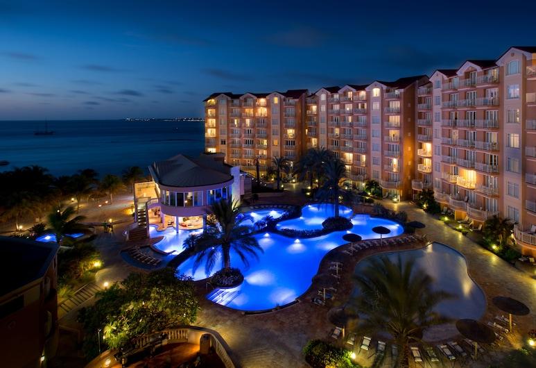 Divi Aruba Phoenix Beach Resort, Noord, Hotelfassade am Abend/bei Nacht