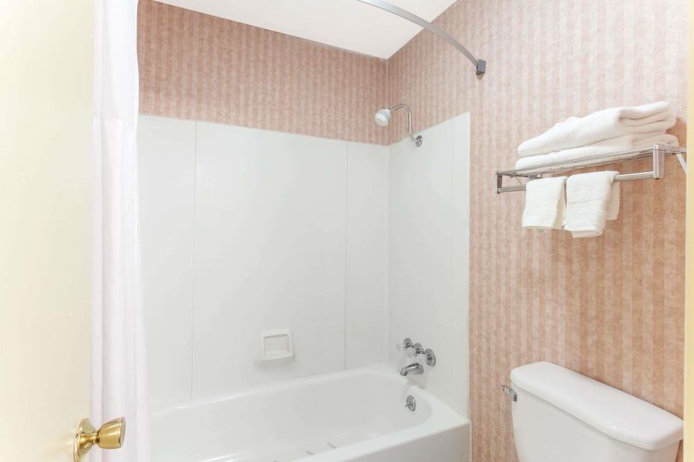 Perhehuone kahdelle, 2 parisänkyä - Kylpyhuone