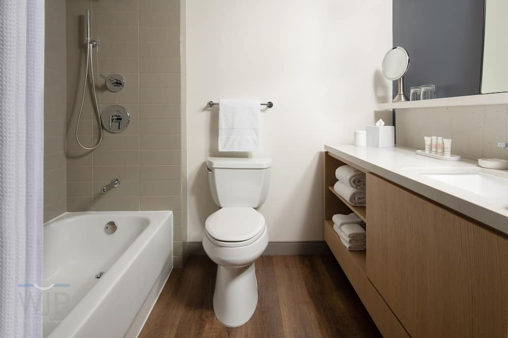 Concierge Room, Room, 1 King Bed, Non Smoking - Bathroom