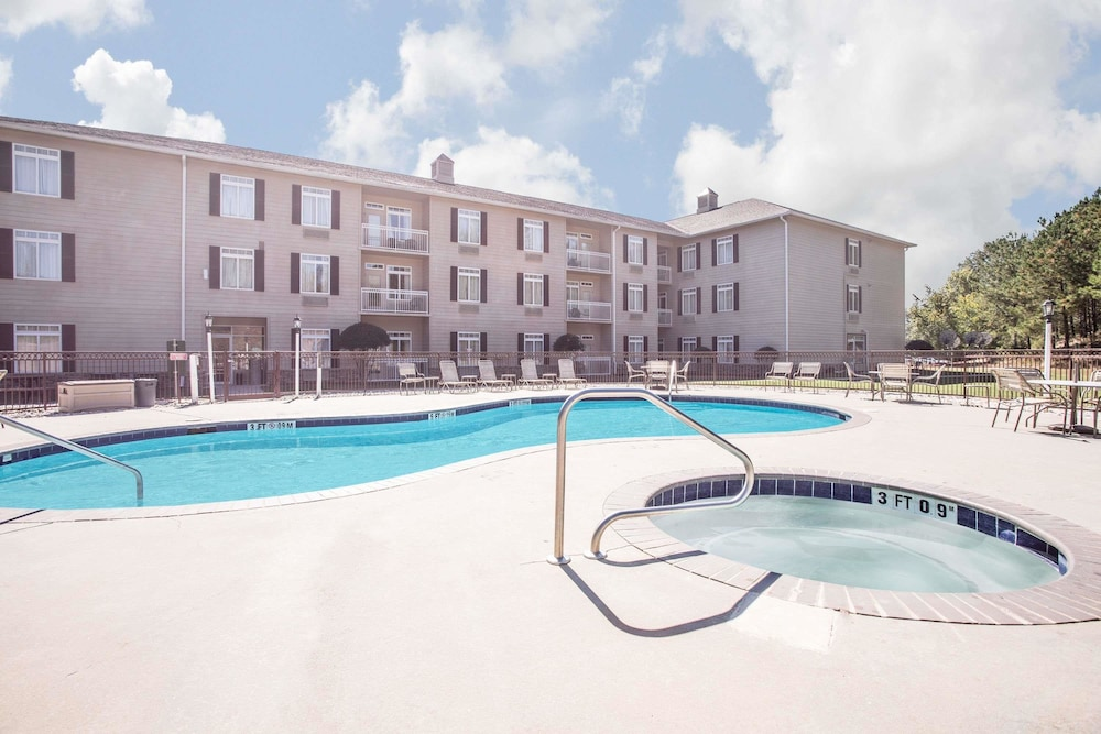 Hawthorn Suites Conyers Pool