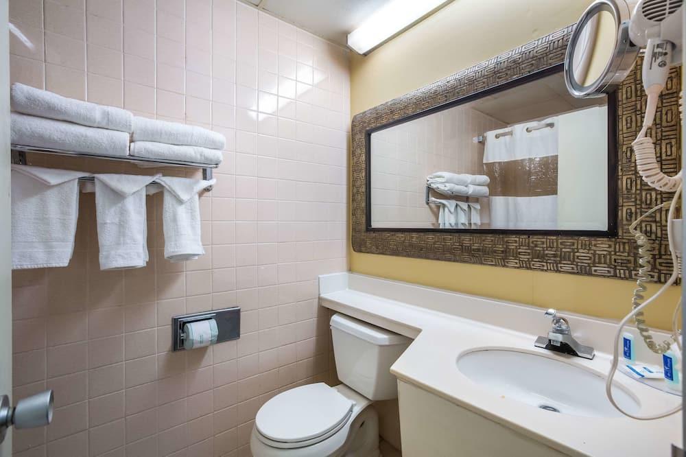 Standard Room, 1 King Bed, Smoking - Bathroom