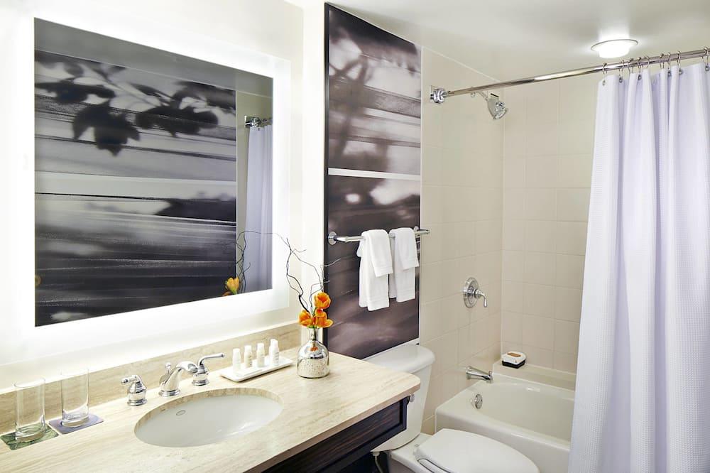 Executive Room, 1 King Bed, Non Smoking, Corner - Bathroom