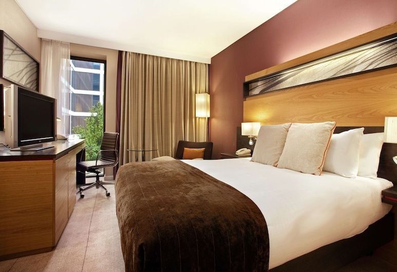 Hilton London Gatwick Airport, Gatwick, Deluxe Room, 1 Double Bed, Guest Room