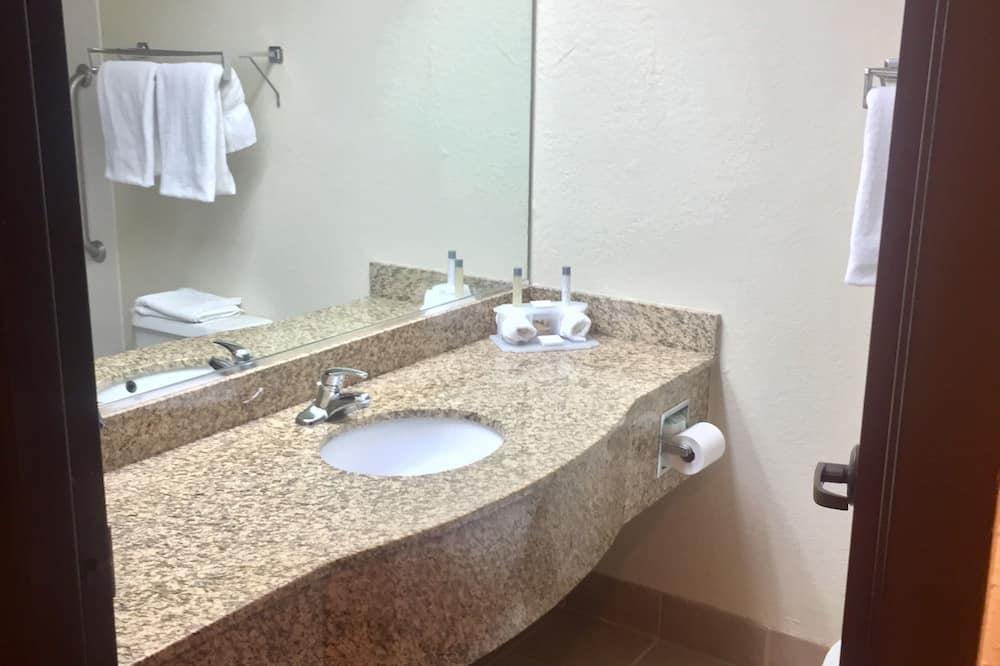 Standard szoba, 2 kétszemélyes ágy, nemdohányzó, mikrohullámú sütő - Fürdőszoba