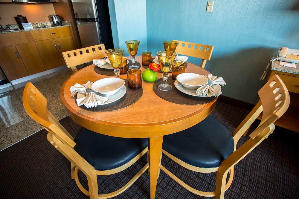 Люкс, 1 спальня, мини-кухня - Обед в номере