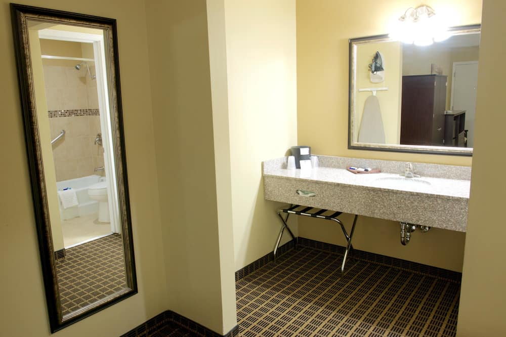 Standard Room, 2 Queen Beds, Non Smoking, Refrigerator & Microwave (Deluxe) - Bathroom