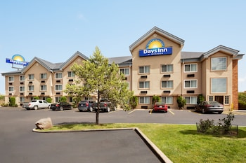 תמונה של Days Inn & Suites by Wyndham Golden/Denver West בגולדן