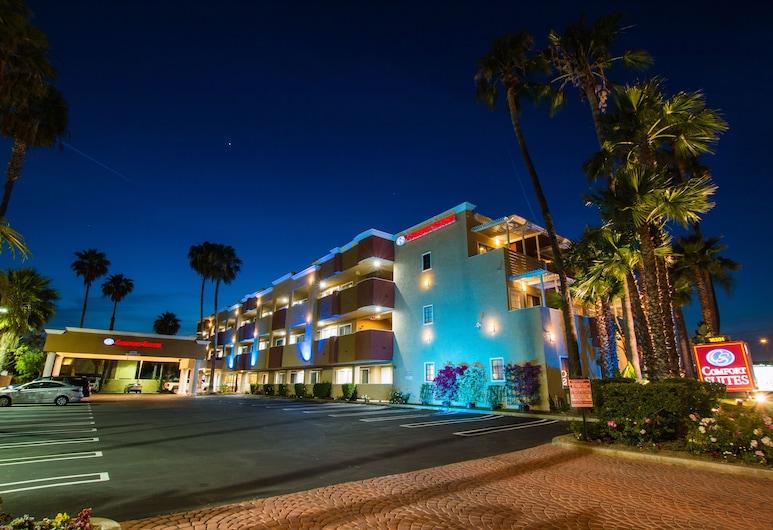 Comfort Inn & Suites Huntington Beach, הנטינגטון ביץ', חזית המלון - ערב/לילה