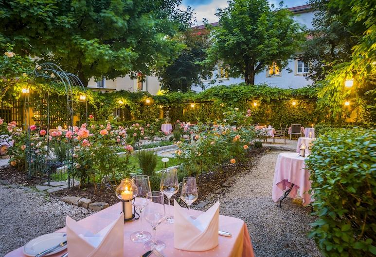 Parkhotel Graz - Traditional Luxury, Graz, Einestamine vabas õhus