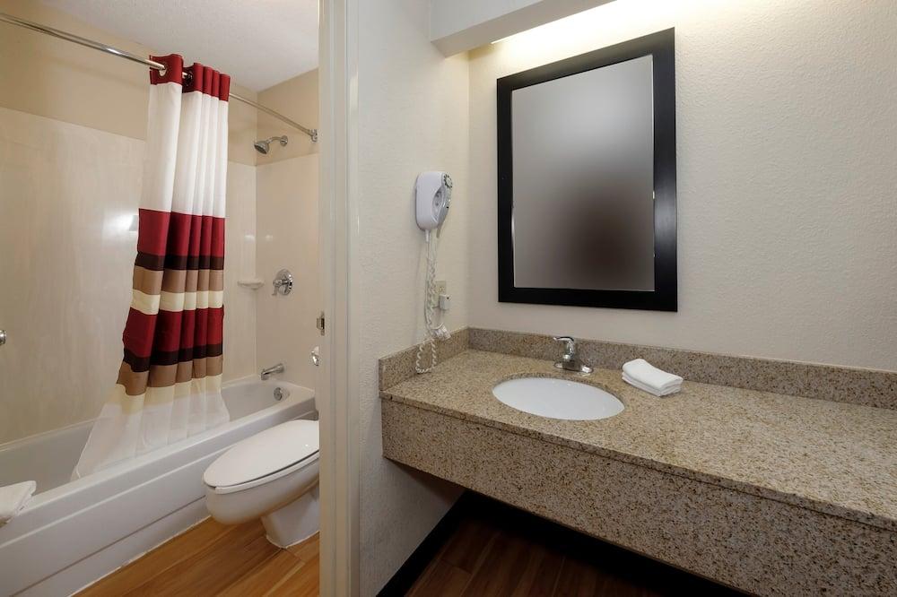 Superior Room, 1 King Bed, Smoking - Bathroom