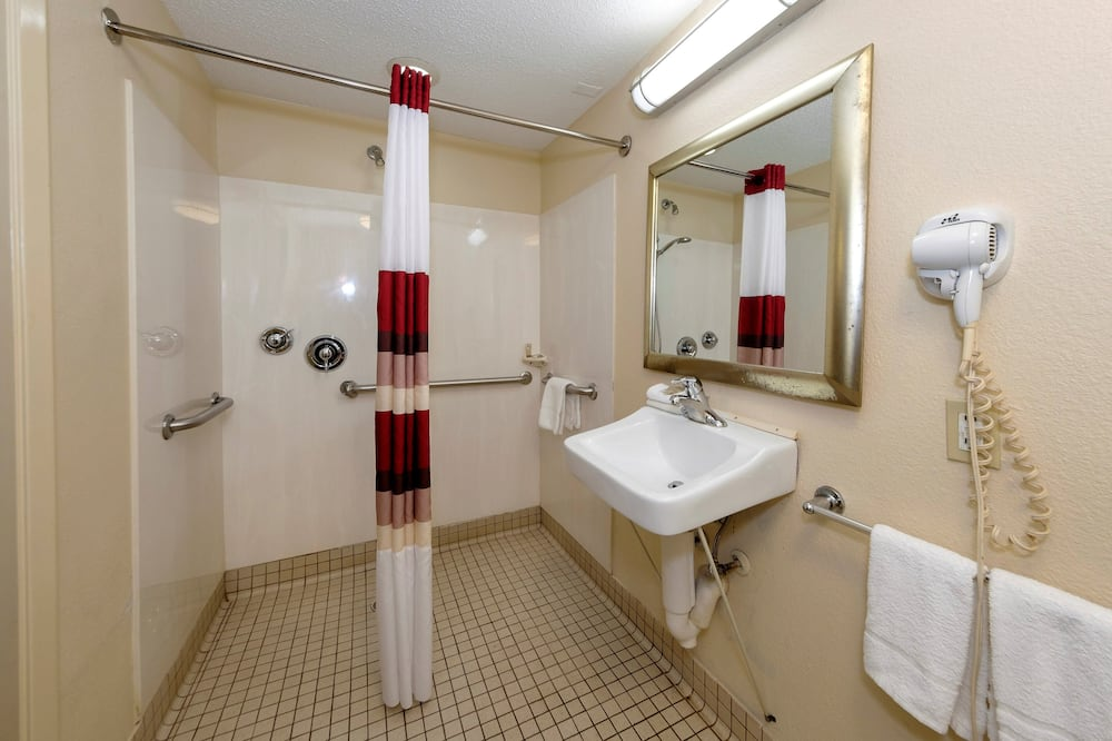 Deluxe Room, 1 King Bed, Accessible, Non Smoking - Bathroom