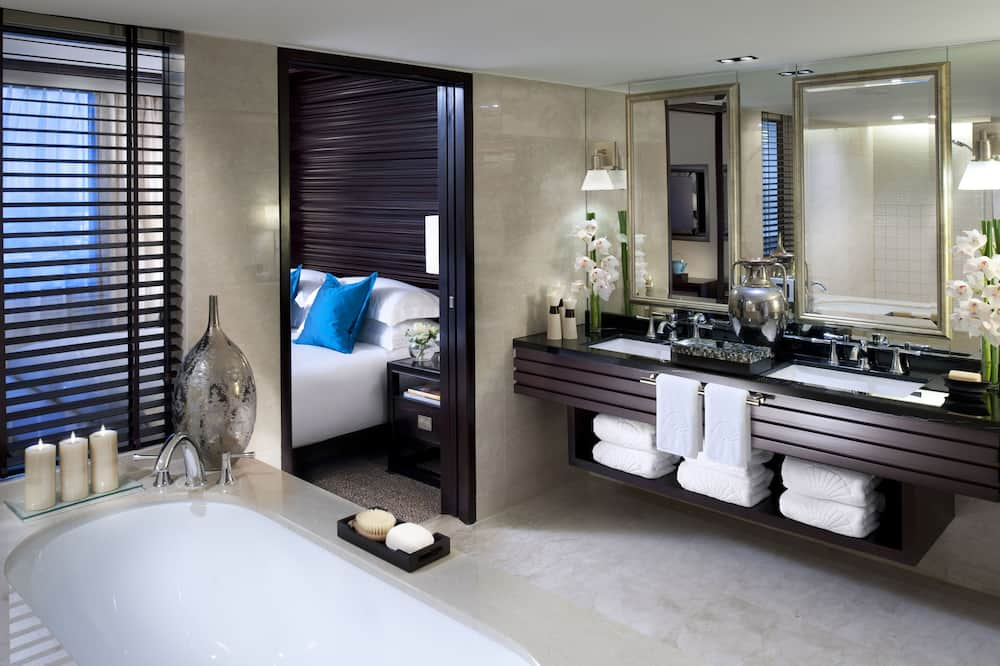 Club Suite, 1 King Bed (Urban, Monument View) - Bathroom