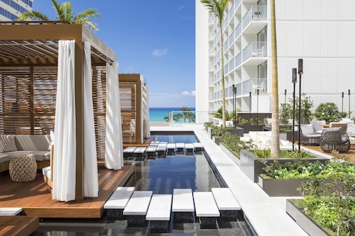 "Alohilani Resort Waikiki Beach/></noscript><img class="""" data-src=""https://exp.cdn-hotels.com/hotels/1000000/30000/21800/21781/957578cf_y.jpg?impolicy=fcrop&w=500&h=333&q=high"" alt=""'Alohilani Resort Waikiki Beach""/></span><div class=""_3mfSem""><span class=""_351i3f""></span></div></div><div class=""_2mwGi9""><div class=""_1AWUGb""><section class=""xQv_W8""><div class=""OXlLRS""><h2 class=""_3-7yB4"">'Alohilani Resort Waikiki Beach</h2><span class=""_2dOcxA _1rJjyi"">5 tähteä</span><div class=""_1QYQ9v _2sRT3P _1N3unK""><span class=""_2WAICc _1Rjvy5""></span><span class=""is-visually-hidden"">VIP</span></div></div><p class=""_1lXFgH""><span class=""_3PJboa""><span>Waikiki</span><span>0,5 km keskustaan</span></span></p></section></div><div class=""_30dwfS _1hMIWH""><div class=""_2dCxfW""><span class=""S269px _1yY-Dp""><span class=""is-visually-hidden"">Asiakasarvostelu</span><span class=""_1biq31 _11XjrQ _3yXMS-"">8,4<span class=""is-visually-hidden"">.</span></span><span class=""_3Luohr"">Erittäin hyvä</span><span class=""_3HBaeM"">2,435 Hotels.comin asiakkaan arvostelua</span></span></div></div></div><a href=""https://fi.hotels.com/ho134840/alohilani-resort-waikiki-beach-honolulu-yhdysvallat/"" class=""_61P-R0""><span class=""is-visually-hidden"">'Alohilani Resort Waikiki Beach</span></a></div></li><li><div class=""tObE0n""><div class=""_1M0UZH""><span class=""_1Ac6YH _2NFd5j _1DW1ZH ZCedaV""><noscript><img src=https://exp.cdn-hotels.com/hotels/1000000/10000/3500/3479/3a33e8ad_y.jpg?impolicy=fcrop&w=500&h=333&q=high alt=Ilikai Hotel & Luxury Suites/></noscript><img class="""" data-src=""https://exp.cdn-hotels.com/hotels/1000000/10000/3500/3479/3a33e8ad_y.jpg?impolicy=fcrop&w=500&h=333&q=high"" alt=""Ilikai Hotel & Luxury Suites""/></span><div class=""_3mfSem""><span class=""_351i3f""></span></div></div><div class=""_2mwGi9""><div class=""_1AWUGb""><section class=""xQv_W8""><div class=""OXlLRS""><h2 class=""_3-7yB4"">Ilikai Hotel & Luxury Suites</h2><span class=""_2dOcxA _1rJjyi"">3.5 tähteä</span></div><p class=""_1lXFgH""><span class=""_3PJ"