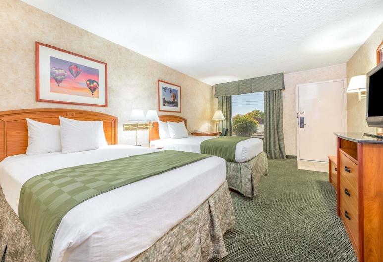 Days Inn & Suites by Wyndham Albuquerque North, אלבקרקי, חדר, 2 מיטות זוגיות, למעשנים, נוף מחדר האורחים