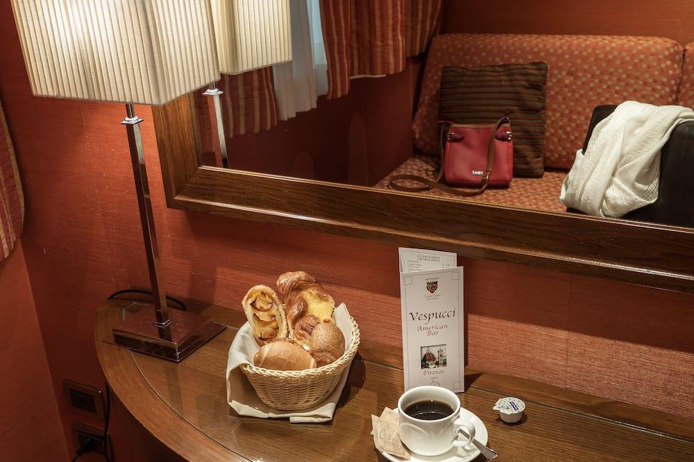 חדר קומפורט זוגי (1 Full or 2 Twin Beds) - אזור אוכל בחדר