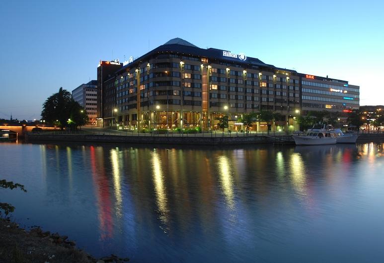 Hilton Helsinki Strand, Helsinky, Průčelí hotelu ve dne/v noci