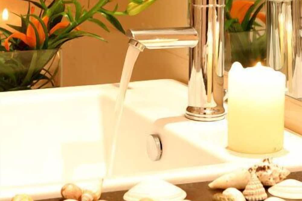 Lakosztály - Mosdó a fürdőszobában