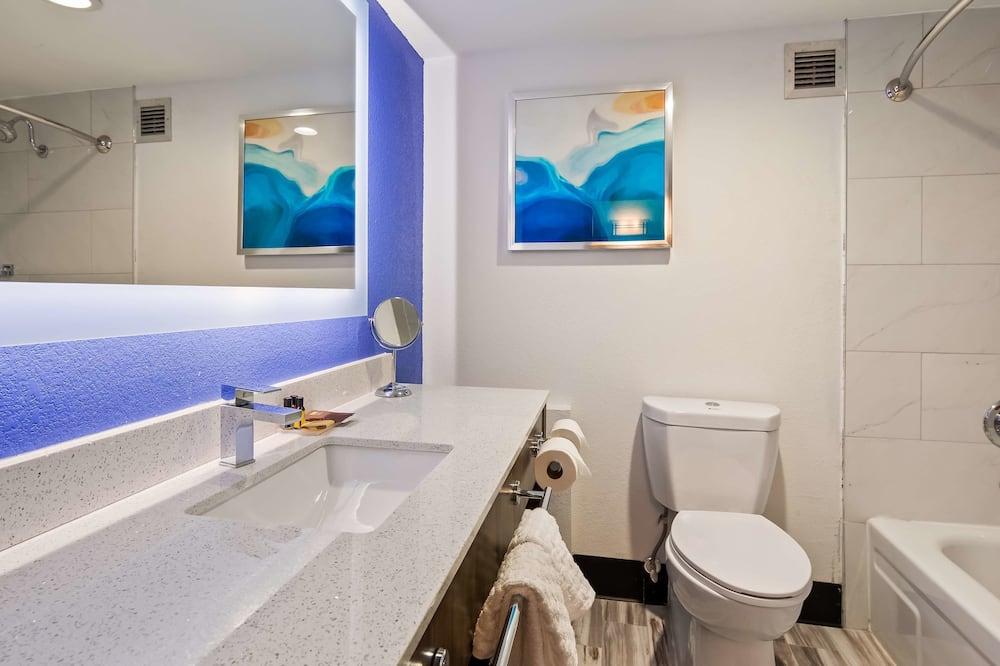 Standard Room, 1 King Bed, Non Smoking, Kitchenette - Bathroom