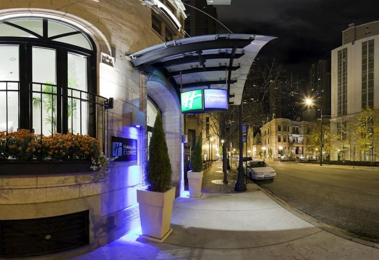 Holiday Inn Express Chicago-Magnificent Mile, Chicago, Hotel Front – Evening/Night