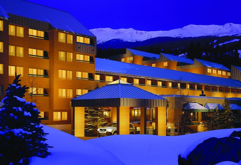 DoubleTree by Hilton Hotel Breckenridge, Breckenridge, Hotel Front – Evening/Night