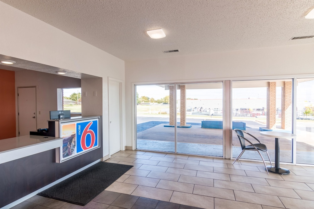 Motel 6 Clinton Ok Interior Entrance