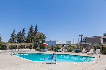 Picture of Days Inn & Suites by Wyndham Sunnyvale in Sunnyvale