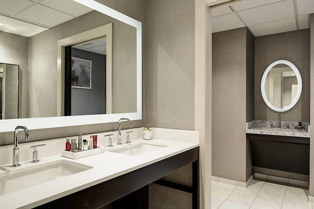 Club Room, 1 King Bed, Non Smoking - Bathroom