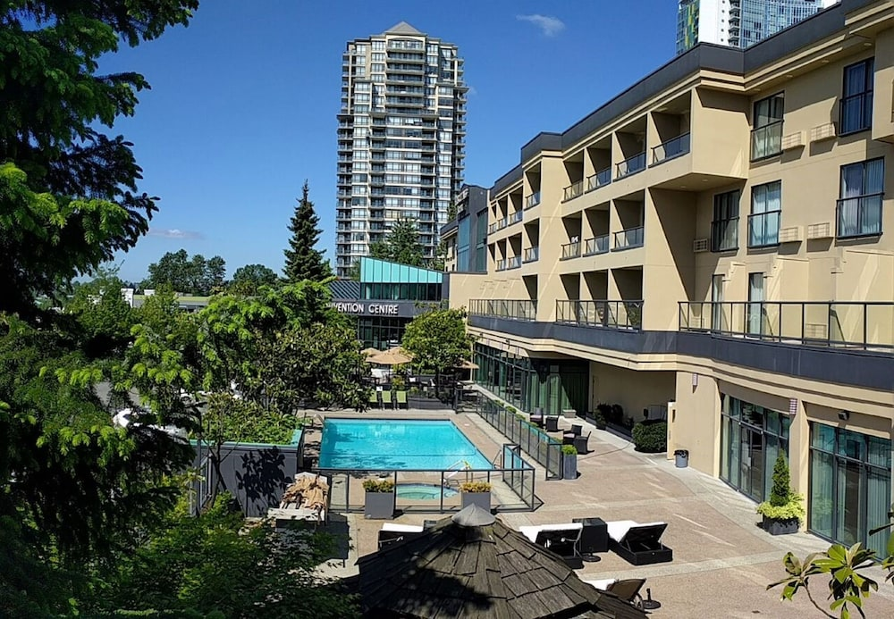 Executive Suites Hotel Conference Centre Metro Vancouver Burnaby Outdoor Pool