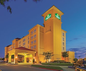 Picture of La Quinta Inn & Suites Dallas Arlington 6 Flags Drive in Arlington