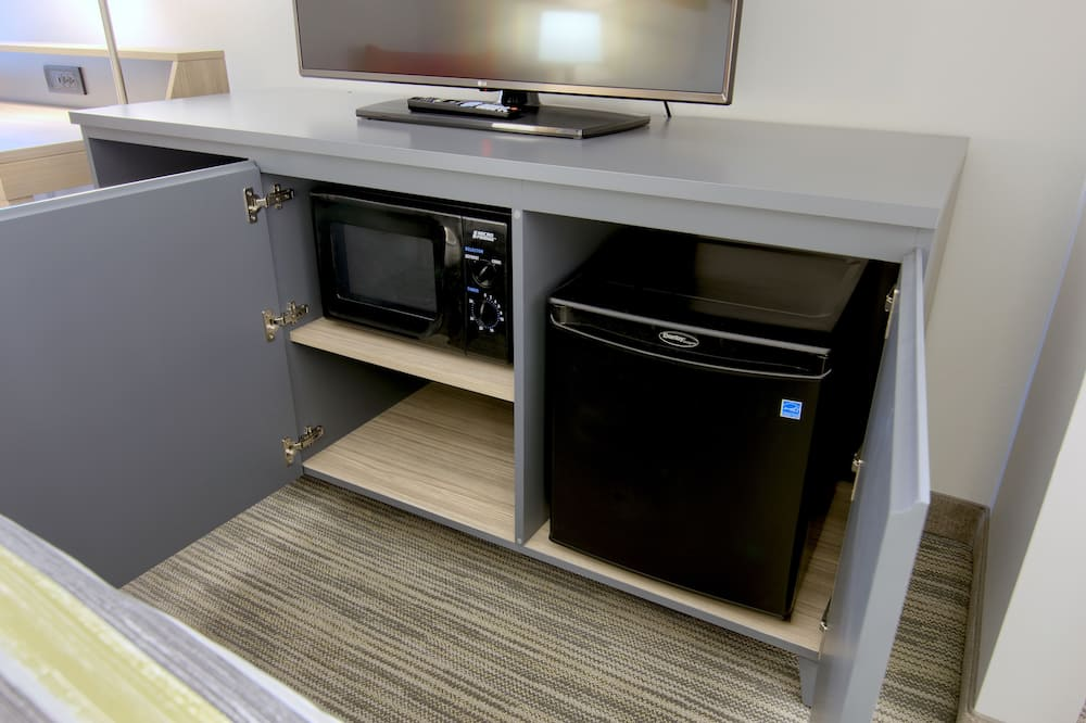Room, 1 King Bed, Non Smoking - Mini Refrigerator