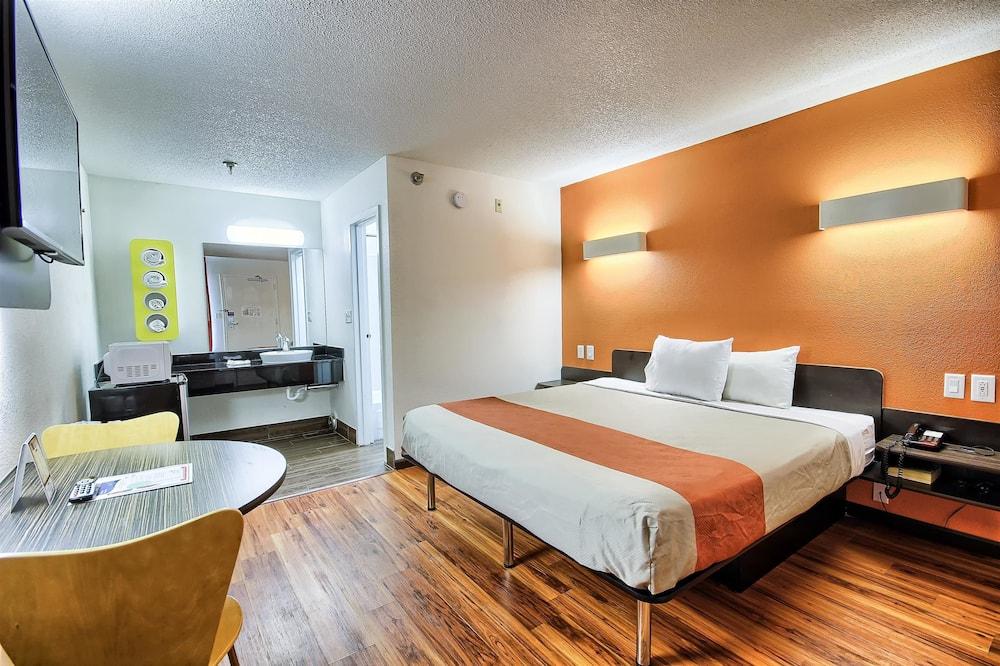 غرفة عادية - سرير ملكي - للمدخنين - غرفة نزلاء