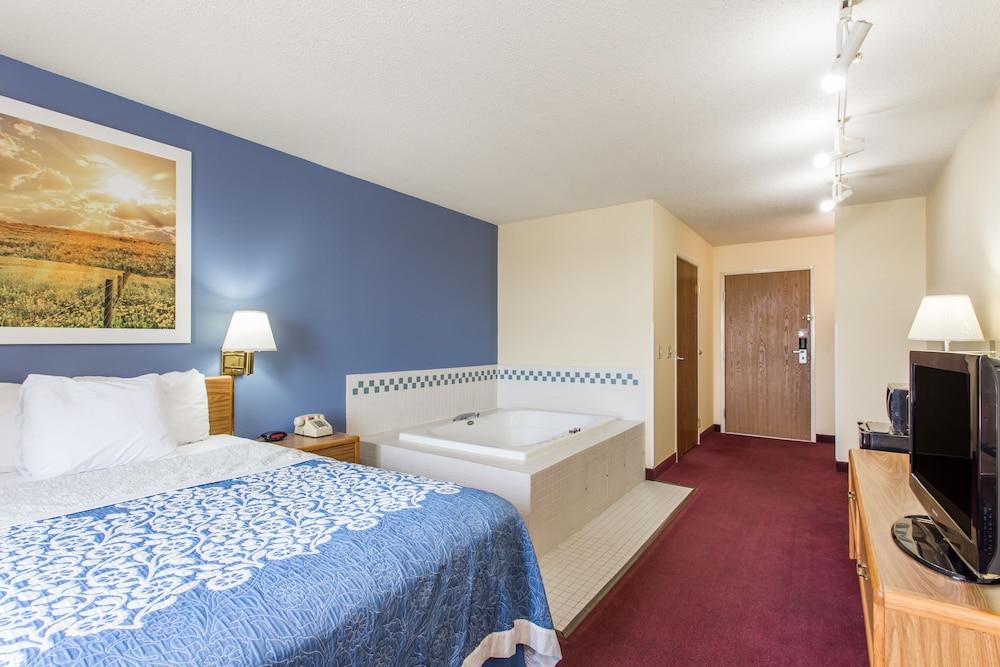 Days Inn By Wyndham Johnson Creek Suite 1 Queen Bed