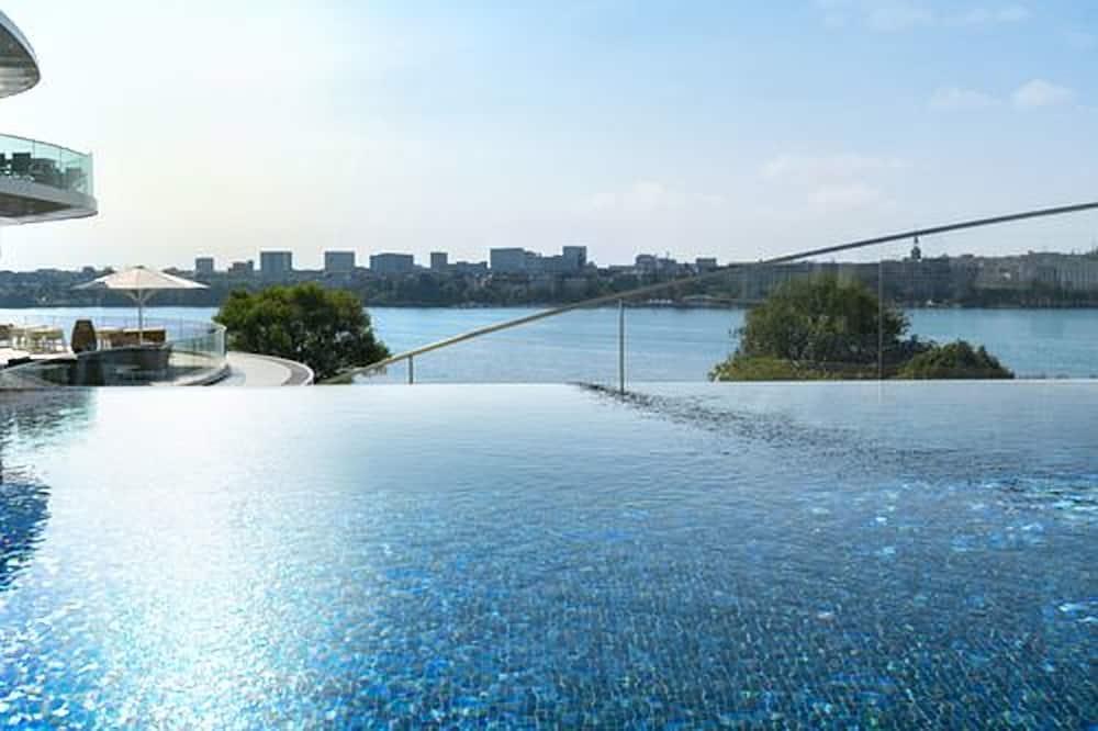 สระว่ายน้ำบนดาดฟ้า