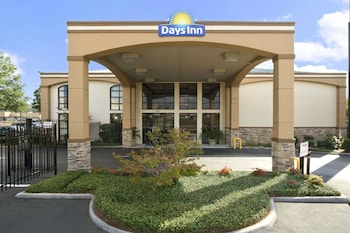Picture of Days Inn & Suites by Wyndham Tuscaloosa - Univ. of Alabama in Tuscaloosa