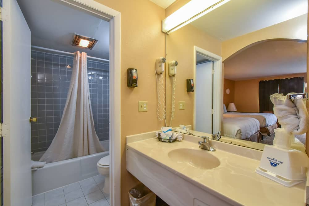 One King Bed, Non-Smoking - Bathroom