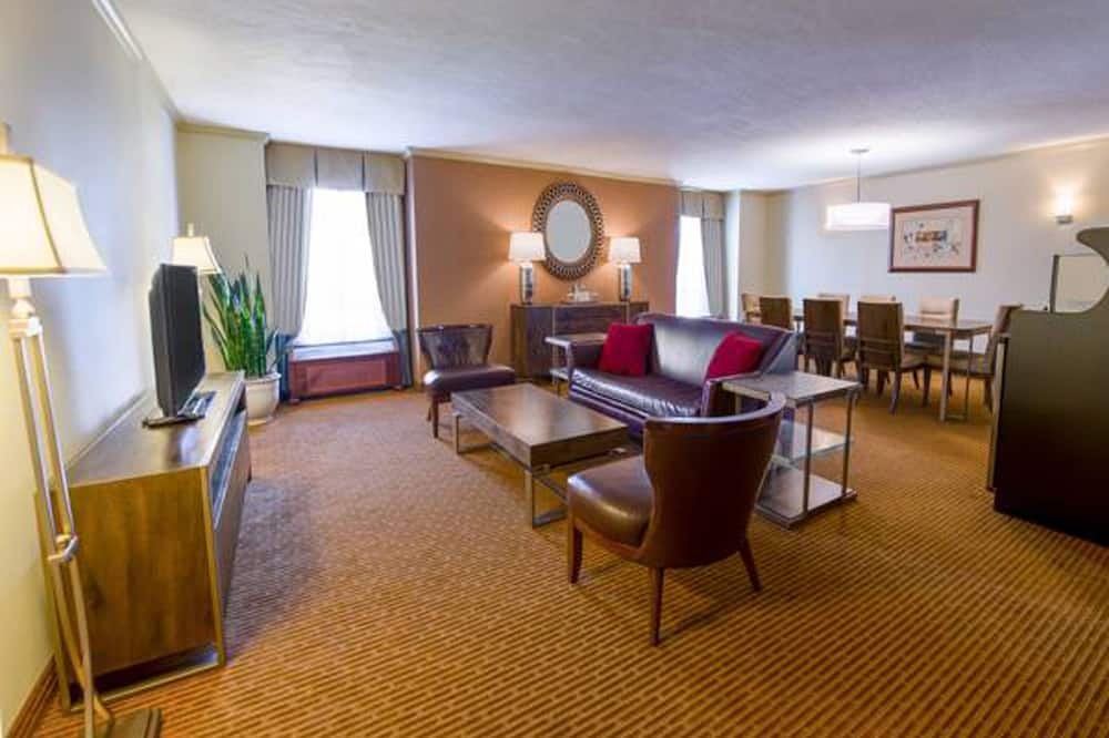 Suite, 1 King Bed, Corner - Living Area