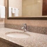 Sviitti, 1 suuri parisänky ja vuodesohva, Jääkaappi ja mikroaaltouuni (2 Rooms) - Kylpyhuoneen pesuallas