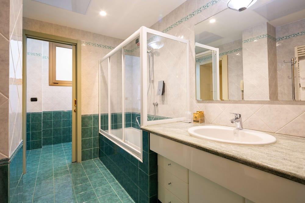 Perhehuone, Useita sänkyjä, Tupakointi kielletty (Converts to 2 Twin Beds) - Kylpyhuone