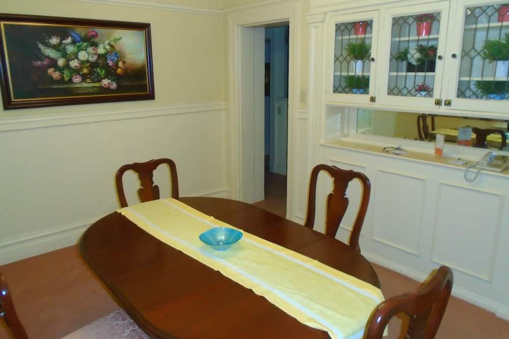 Familien-Suite, 1 Schlafzimmer - Essbereich im Zimmer