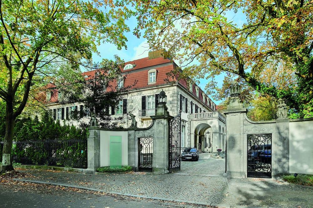 Schlosshotel Berlin by Patrick Hellmann