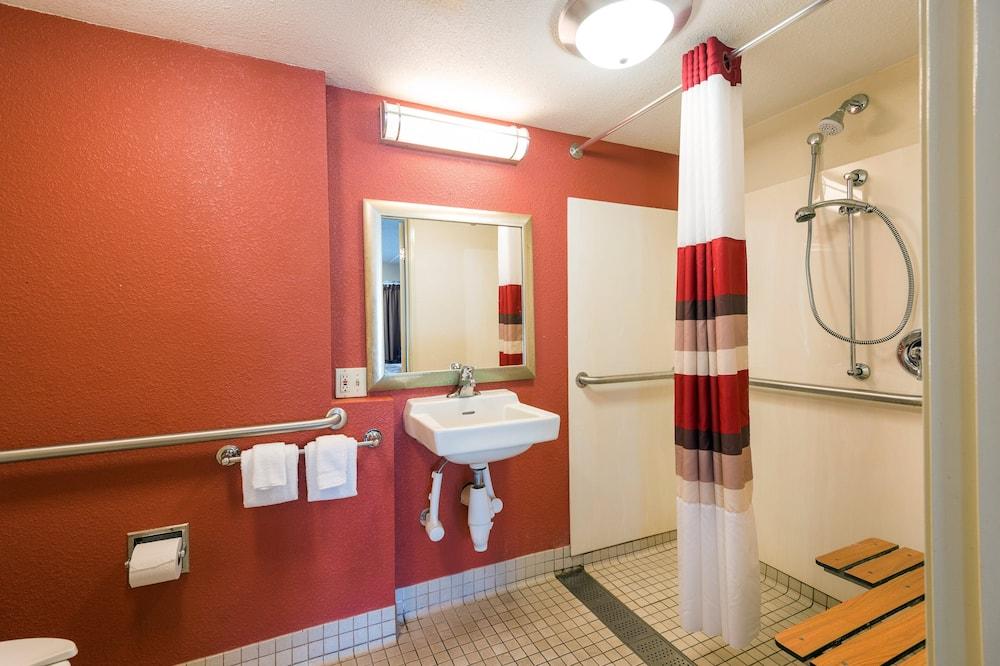Номер «Делюкс», 1 двуспальная кровать «Кинг-сайз» (Roll-In Shower, Smoke Free) - Ванная комната