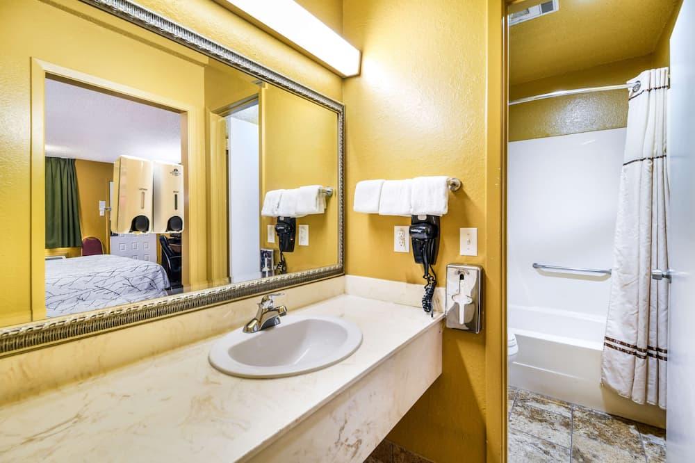 Номер, 1 ліжко «кінг-сайз», для курців - Ванна кімната