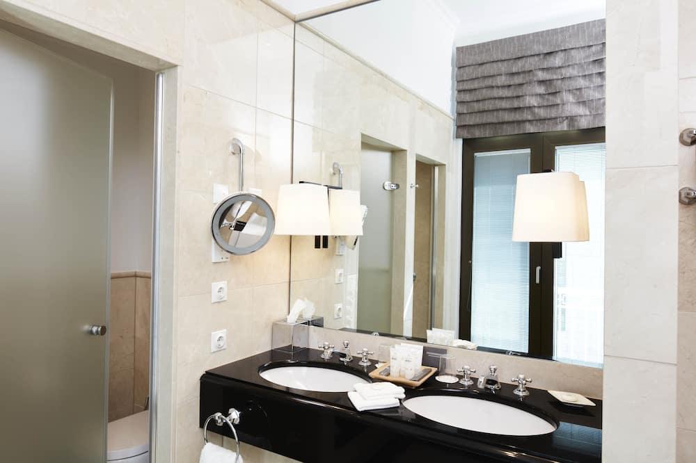 Deluxe Double Room (Grand) - Bathroom