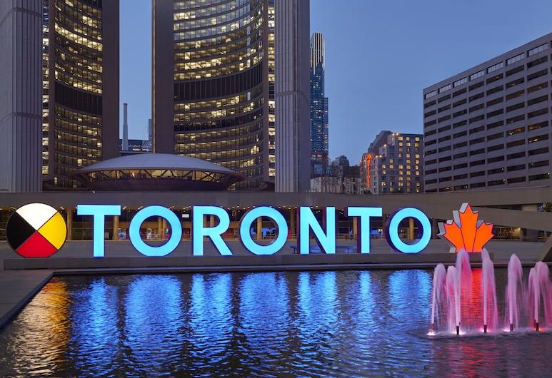 Marriott Downtown at CF Toronto Eaton Centre, торонто, Фасад отеля вечером/ночью