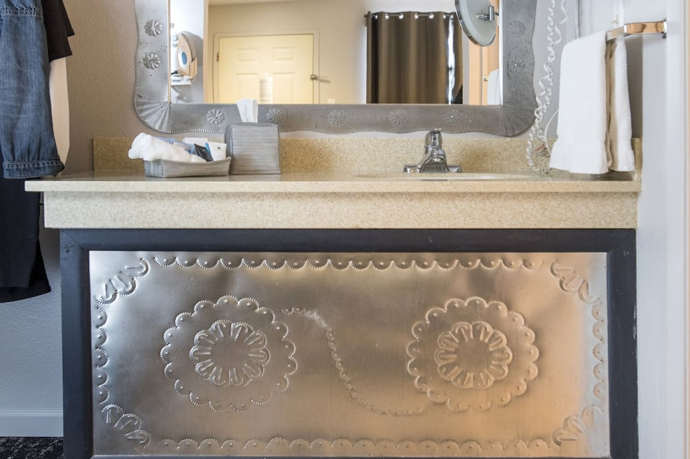 Standard Room, 1 King Bed, Multiple View (Traditional King Room) - Bathroom