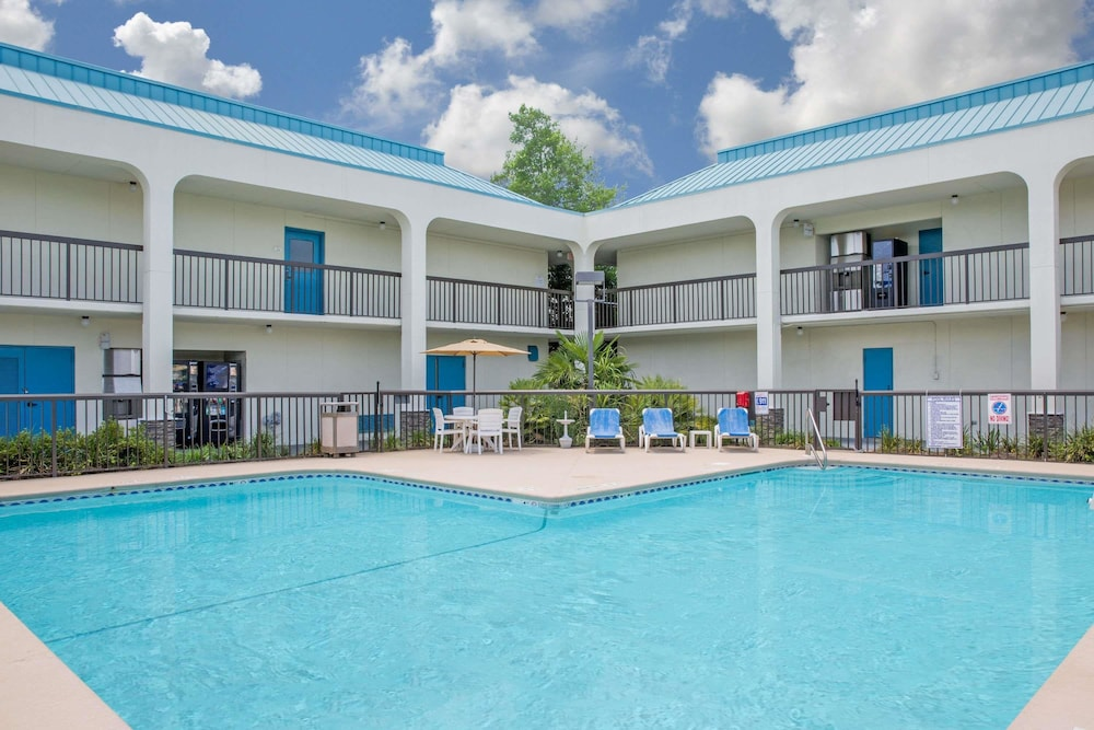 Baymont By Wyndham Camp Lejeune Jacksonville Pool
