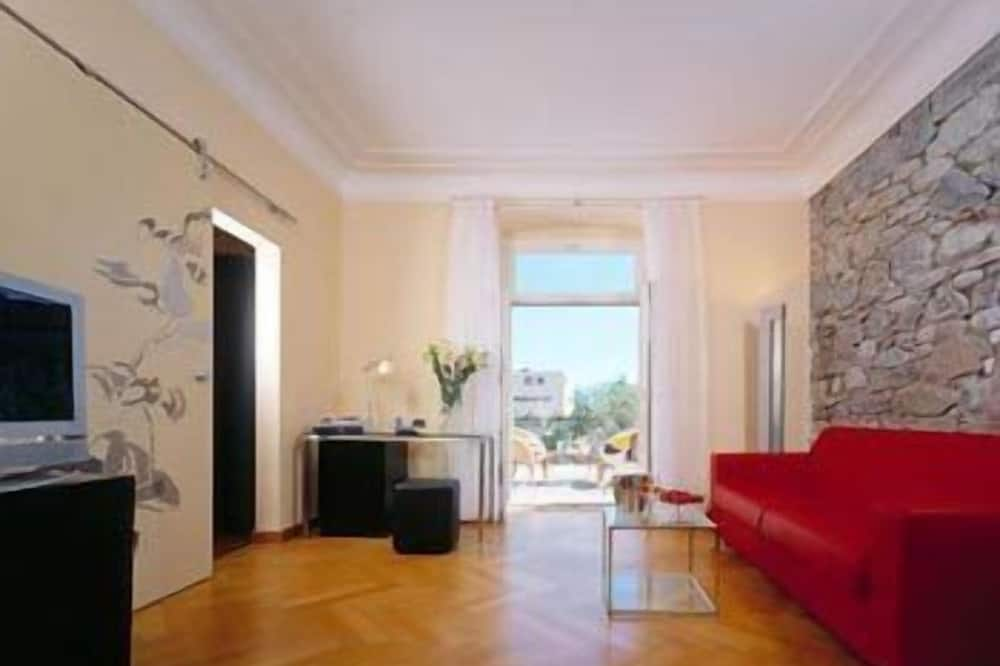 Suite (Glamour) - Living Room