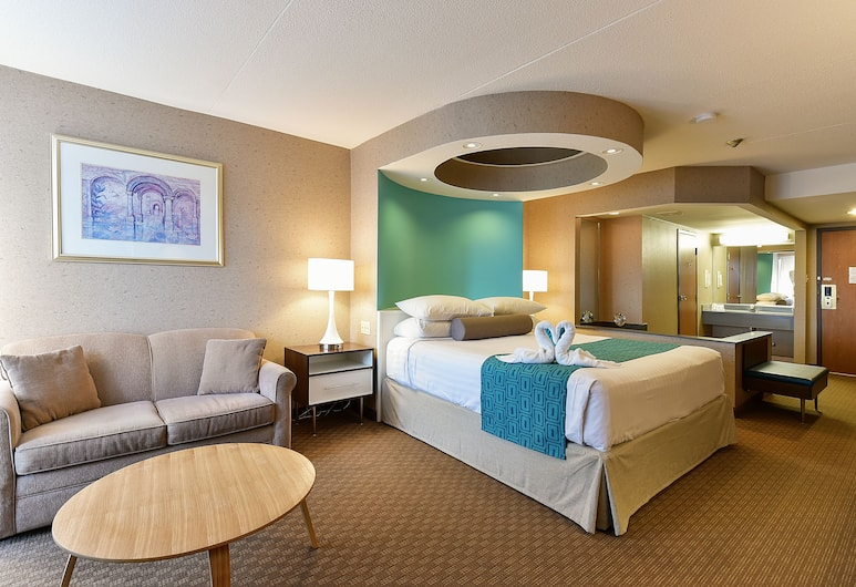 Howard Johnson by Wyndham by the Falls Niagara Falls, Niagara Falls, Superior Suite, 1 King Bed, Non Smoking, Fireplace, Guest Room