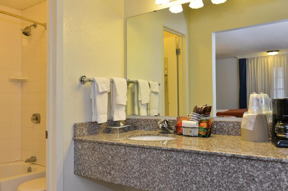 Habitación estándar, 2 camas dobles, para no fumadores, refrigerador y microondas - Baño