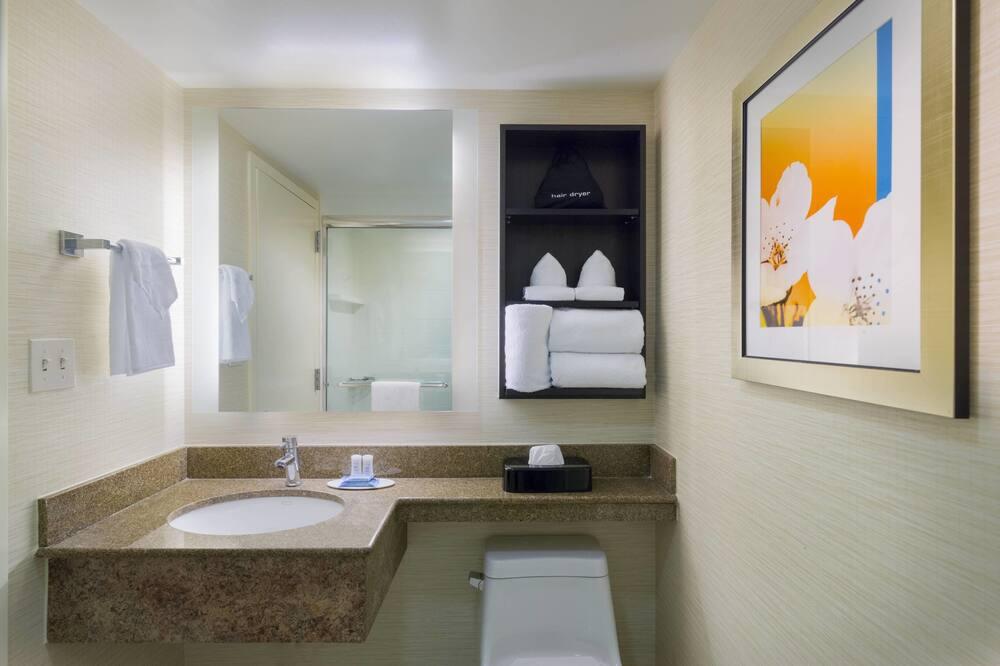 Номер, 2 двуспальные кровати «Квин-сайз», для некурящих, вид на внутренний двор - Ванная комната